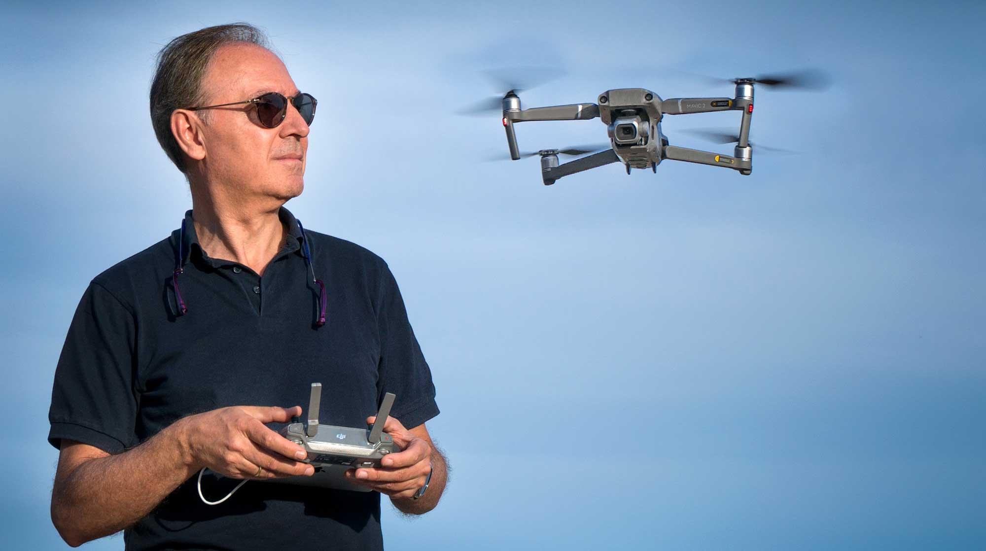 Miguel-Merino-volando-un-dron-dji-mavic-2-pro